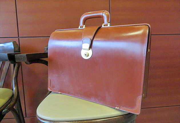 仕事の相棒として一生使えるブライドルダレスバッグ
