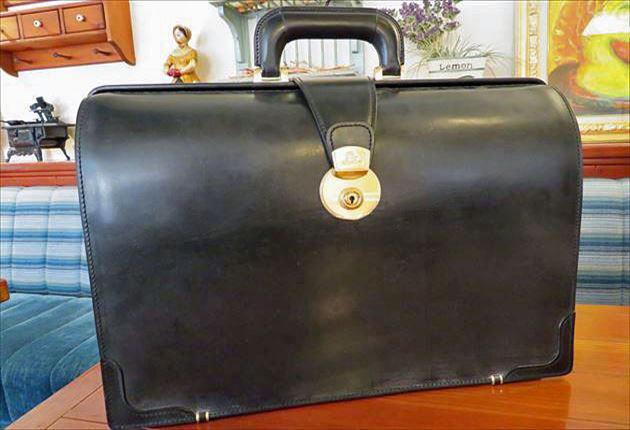 ブライドルダレスバッグの黒色をテーブルに載せて写真を撮影