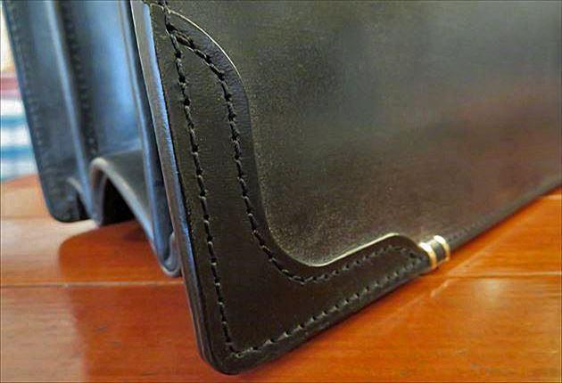 ブライドルダレスバッグの端には革が補強されている