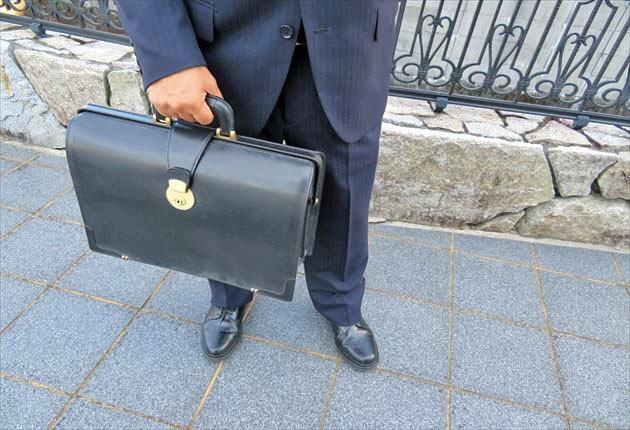 ブライドルダレスバッグを持つ40代会社員